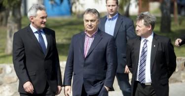 Orbán Viktor miniszterelnök (k), Fenyvesi Zoltán, a Fidesz-KDNP tapolcai országgyűlési képviselőjelöltje (j) és Balassa Balázs, Szigliget polgármestere (b) sétál Szigligeten. Fotó: Koszticsák Szilárd