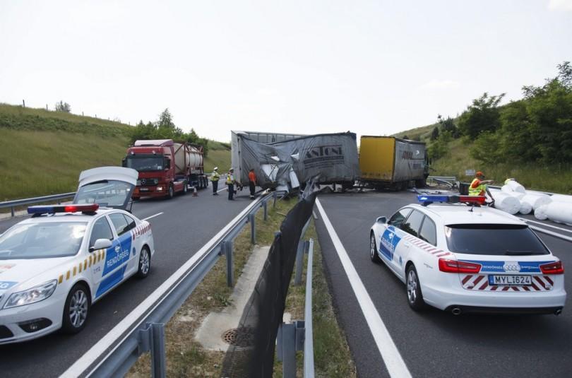 Felborult kamion az M7-esen