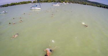 Vitorlások sorfala mellett úsznak a Balaton-átúszás résztvevõi Révfülöp és Balatonboglár között. Fotó: Ruzsa István