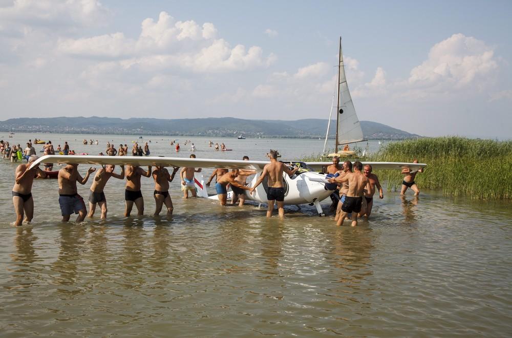 Fürdőzők mentik a Balatonba zuhant repülőt