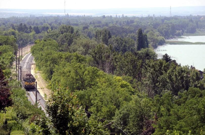 Vonat a Balaton déli partjánál